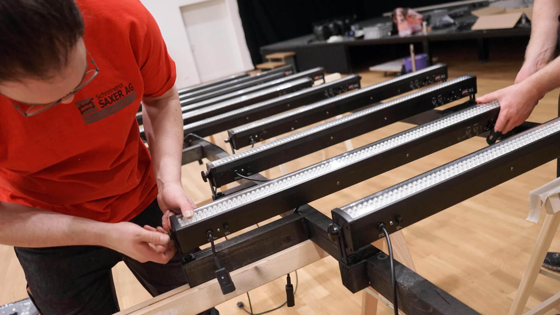 Bühnenumbau: Montage LED Bars